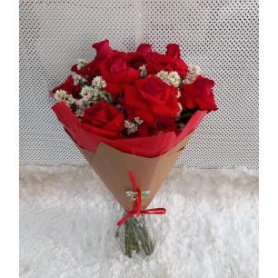 Buquê de Flores Encanto de colombianas vermelhas no Kraft